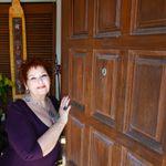 Suzy Peltier CMT, CHT, Reiki Master Teacher profile image.